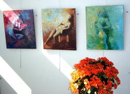 Salle d`exposition partielle, les 3 nus