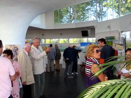 Visiteurs lors du Vernissage de l`exposition pierre regnier